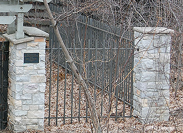 Front gate fence portion
